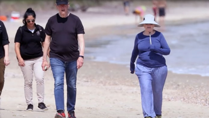 Must See Bill and Hillary Looked Like Death at the Beach...